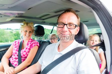 famiglia scaccia vacanze estive in auto