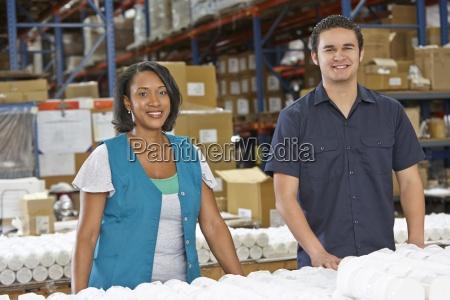 operai che controllano le merci sulla