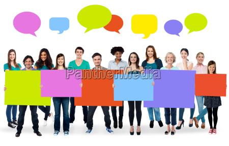 diverse persone che tengono tavole colorate