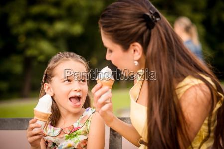 madre e figlio godendo gelato