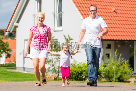 passeggiate in famiglia davanti a casa