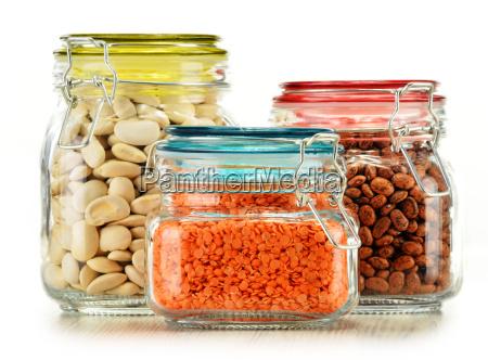 vasi con alimenti di grano isolato