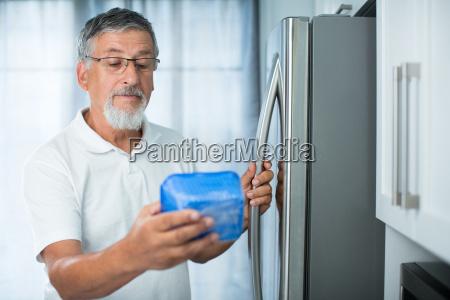 cibo data cucina frigorifero anziano