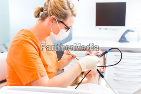 paziente con dentista pzr pulizia
