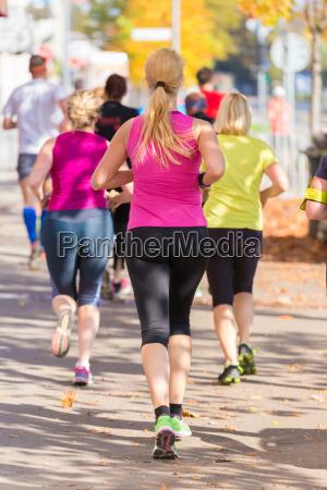 gruppo di persone che corrono