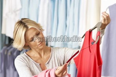 acquisto maturo della donna nel negozio