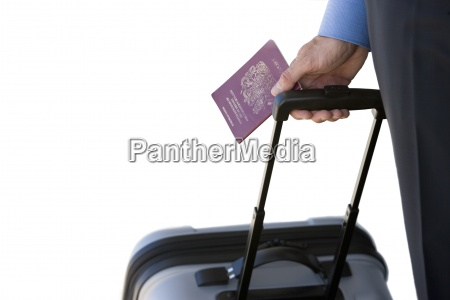 uomo daffari con bagagli e passaporto