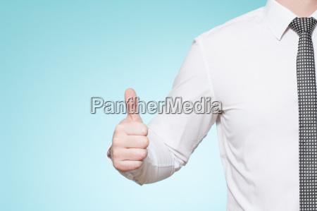 uomo che indossa camicia e cravatta