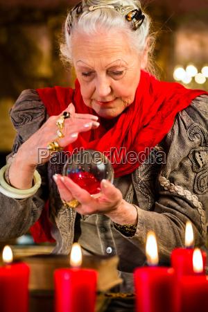 donna futuro esoterico sfera di cristallo