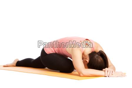 esercizio yoga sul tappeto eka pada