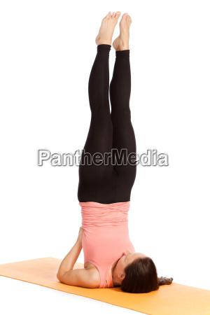 esercizio di yoga sul tappeto salamba