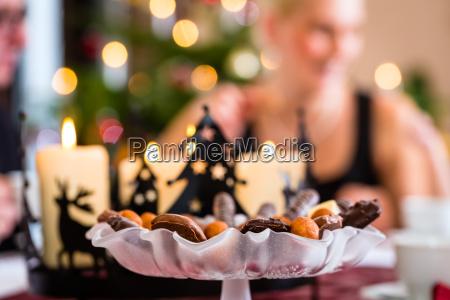 famiglia con tavolino tradizionale per il