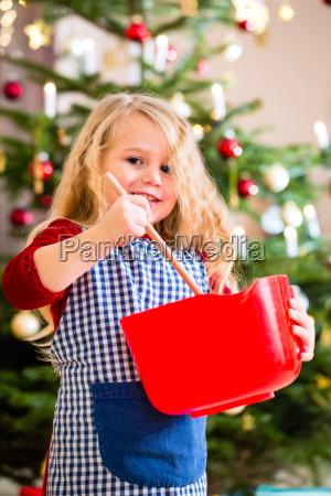 la ragazza cuoce in biscotti della