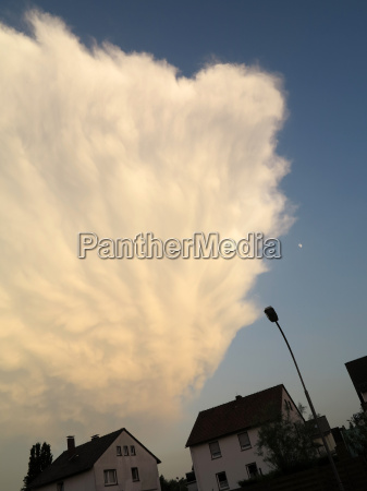 parete nuvola in un cielo serale