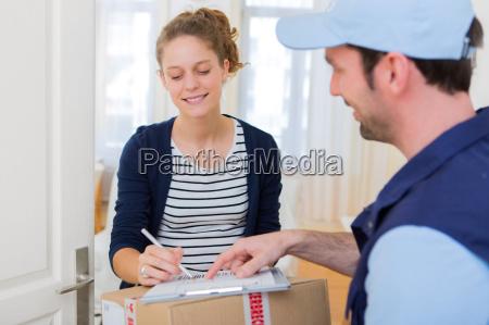 giovane donna attraente che firma sulla