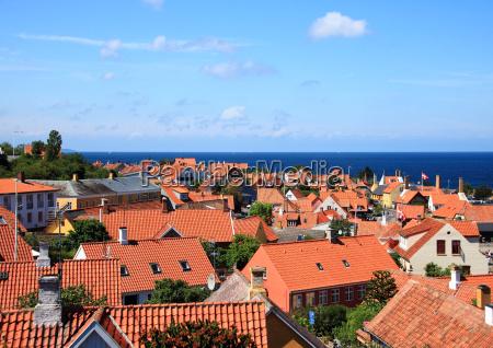 tetti rossi e oceano nella citta