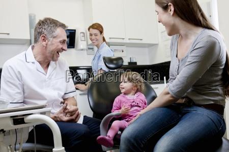 un dentista di sesso maschile con