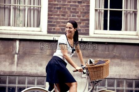 donna giornale tageblatt risata sorrisi salute