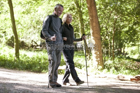 una coppia matura camminando in campagna