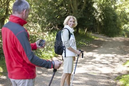 una coppia matura che cammina lungo