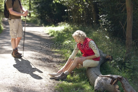 una coppia matura di riposo accanto