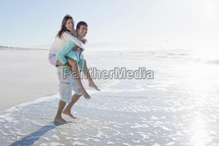 che trasporta sulle spalle la moglie
