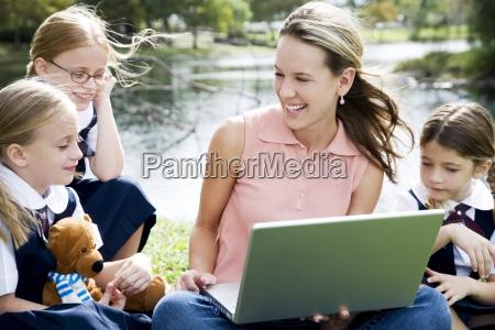 donna studiare studio persone popolare uomo