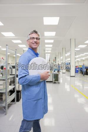 ritratto di ingegnere sorridente che tiene