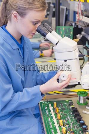 tecnico per mezzo del microscopio per