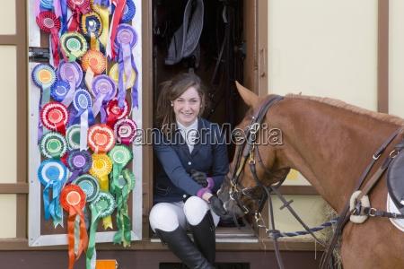 ritratto di ragazza sorridente in cavallo