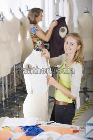 moda studente di design a lavorare