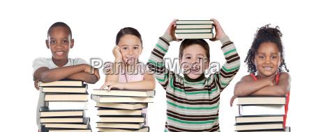 quattro bambini con molti libri