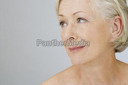 donna risata sorrisi luce primo piano