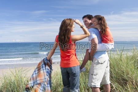 famiglia con coperta in piedi in