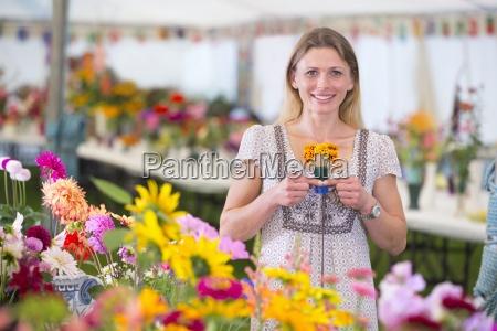 espositore con il premio winning fiore