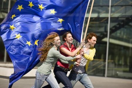 tre giovani sorridenti e piedi con
