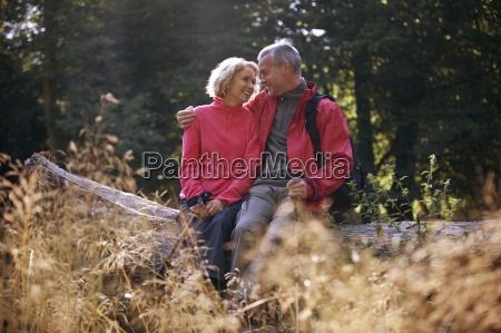una coppia matura seduta su un