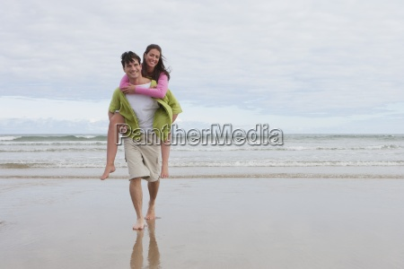 uomo dando donna piggyback lungo summer