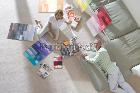 coppia di anziani seduti sul pavimento