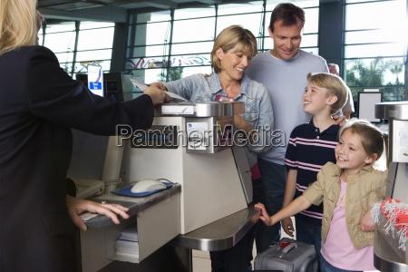 famiglia il check in allaeroporto di