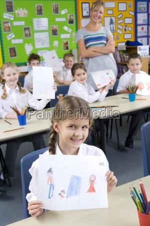 i bambini della scuola mostra orgoglioso