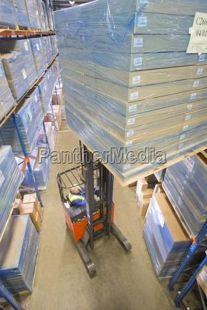 operaio del magazzino scatole sul carrello