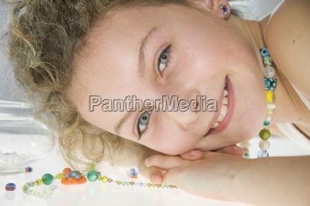 uma rapariga que desgasta uma colar