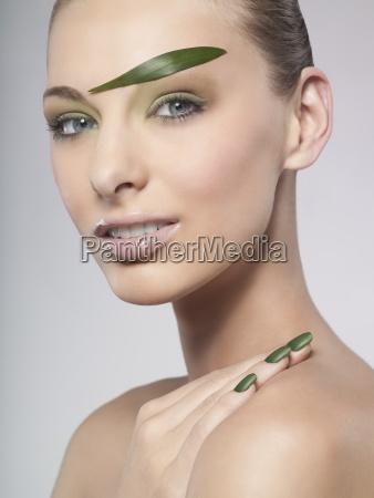una donna che indossa smalto verde