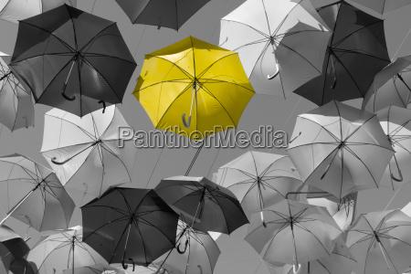 strada decorata con ombrelloni colorati madrid
