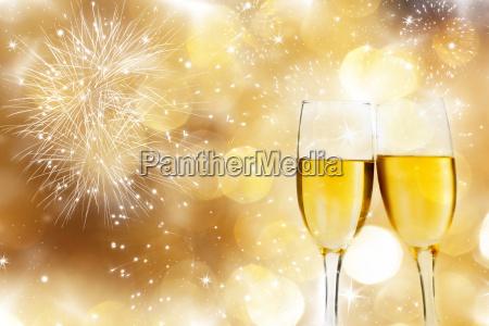 vetri con champagne contro i fuochi