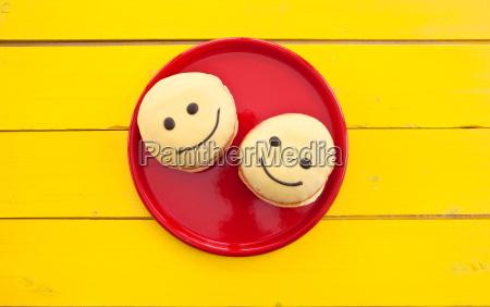 risata sorrisi sgranocchiare colorato piatto festa