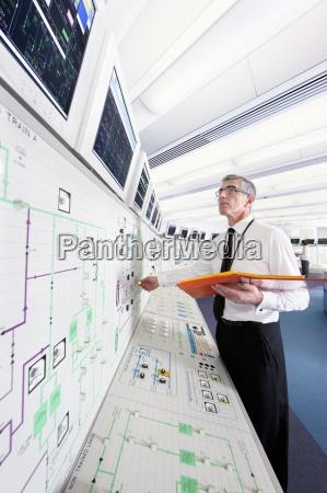 ingegnere guardando i monitor nella sala