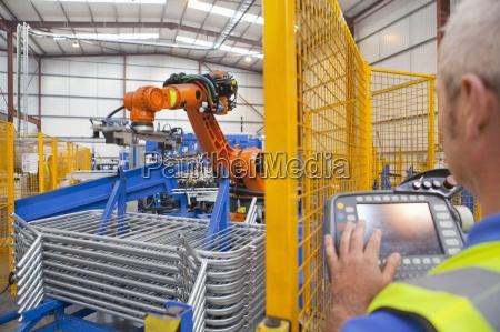 worker luso di macchinari robotici in