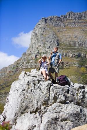 escursionisti mature che riposano sulla roccia